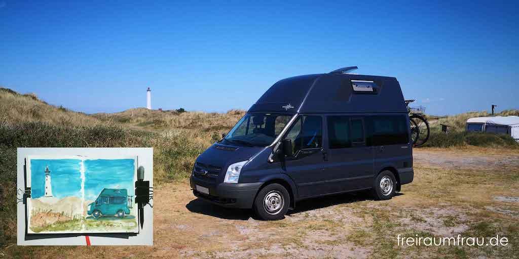 Wohnmobil Ford Nugget auf einem Platz am Leuchtturm