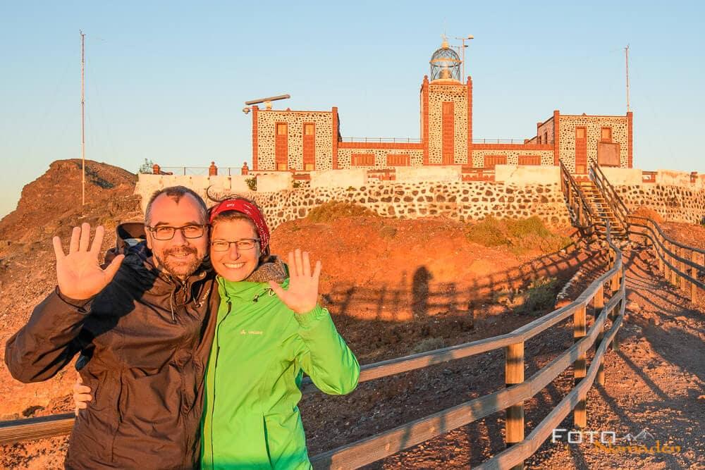 Porträt von Karin und Markus von den Fotonomaden bei Leuchtturm auf Fuerteventura