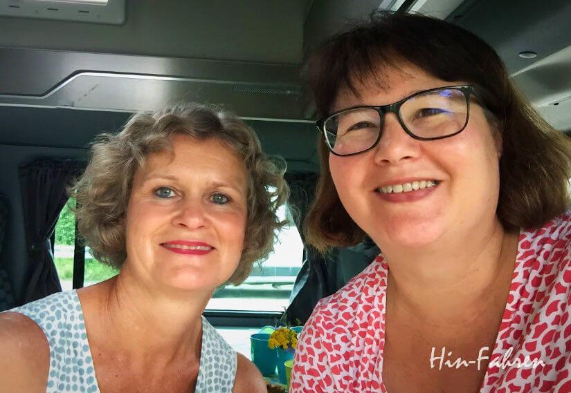 Zu Besuch im Kastenwagen Ford Nugget: Angelika und Katja
