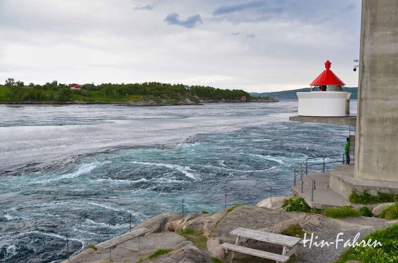 Blick auf Leuchtturm, Sund und Strudel am Saltstraumen in Norwegen