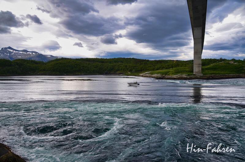 Boot fährt unter der Brücke und zwischen den Strudeln am Saltstraumen hindurch