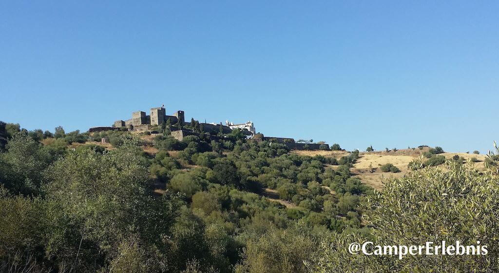 Blick von unten auf den Ort und die Burg