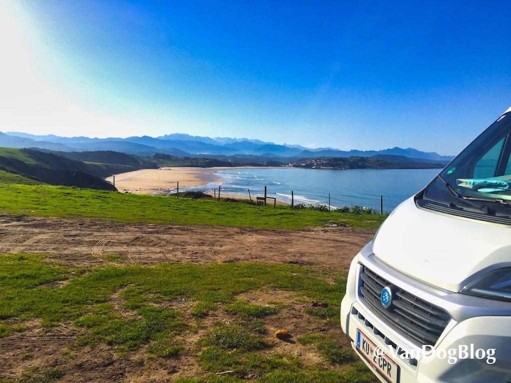 Kastenwagen steht mit Blick auf die Küste