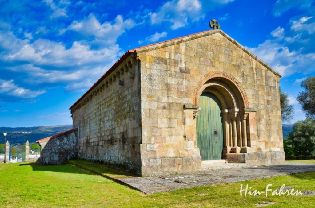 Kleine romanische Kirche in Portugal