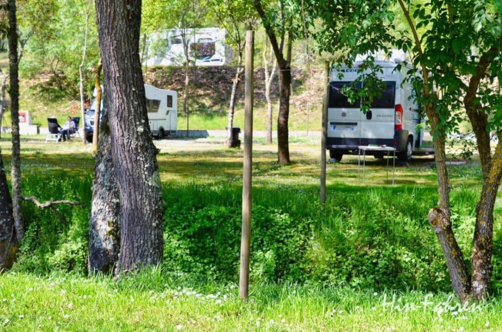 Wohnmobile auf dem Campingplatz in Portugal