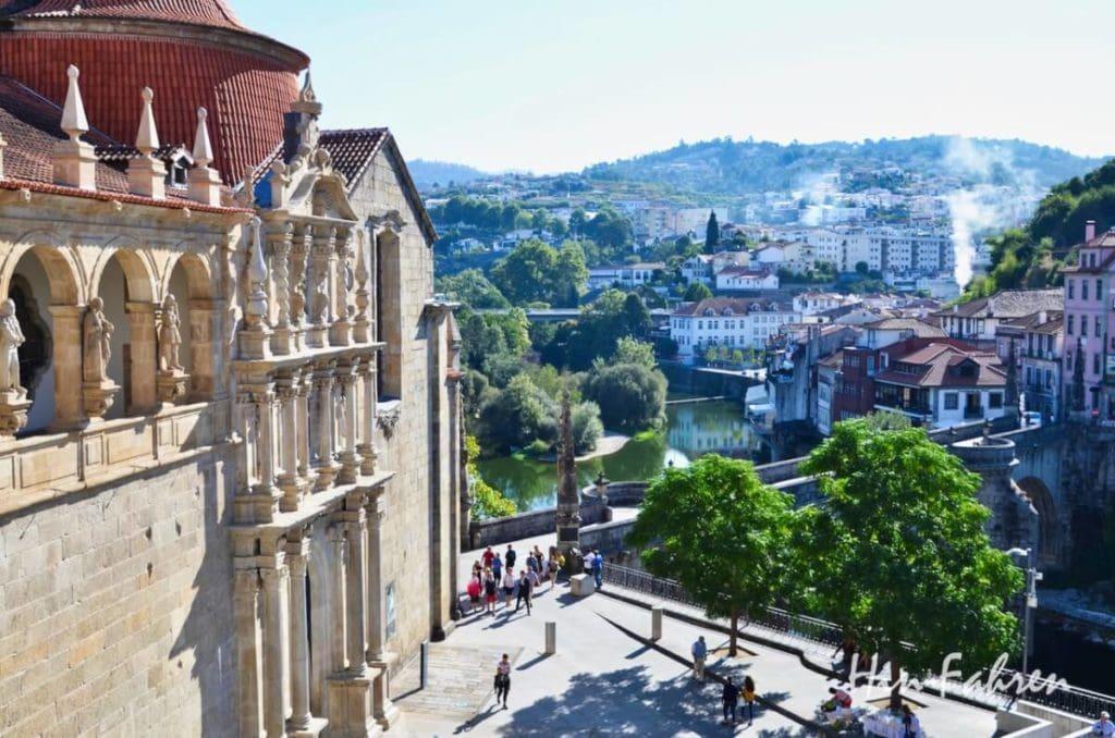 Blick auf die Klosterkirche und die historische Brücke in Amarante