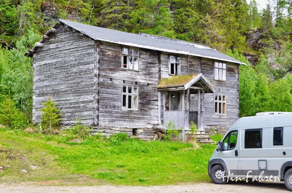 Wohnmobil parkt neben einem alten Bauernhof in Norwegen