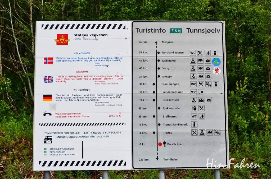 Schild an einem Parkplatz an der E6 zwischen Polarkreis und Trondheim
