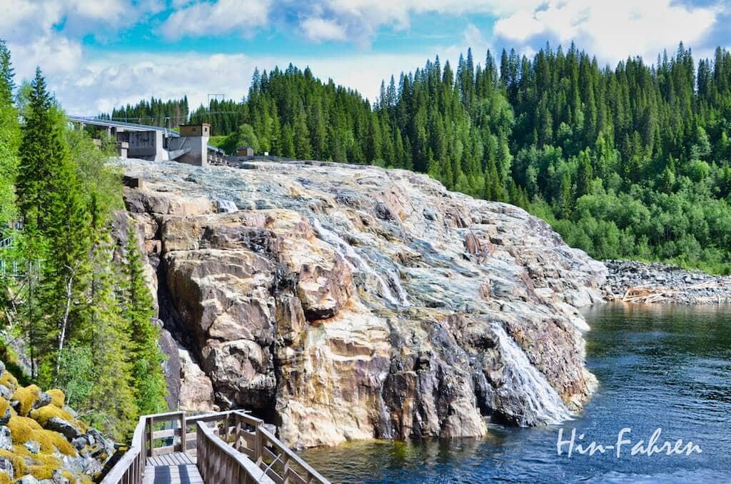 Abgestellter Wasserfall am Aquarium
