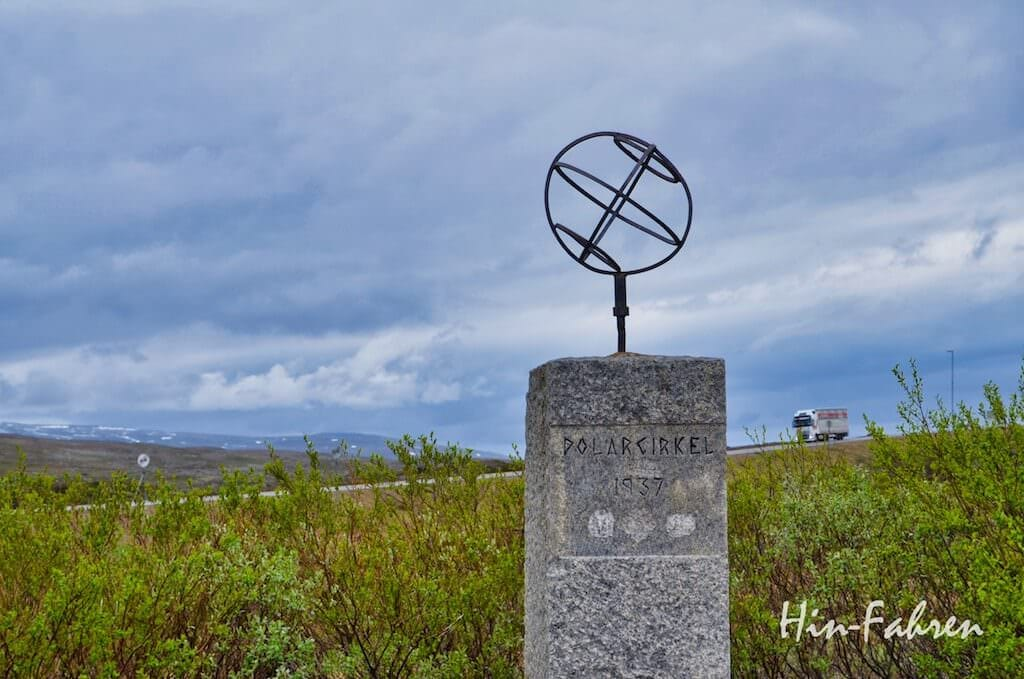 Hier verlief der Polarkreis: alte Stele mit Globus am Polarkreiszentrum