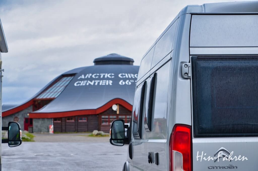 Kastenwagen am Polarkreiszentrum in Norwegen