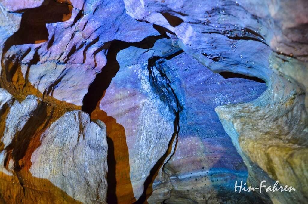 Der Kalkstein in der Grotte wurde in vielen verschiedenen Formen ausgewaschen