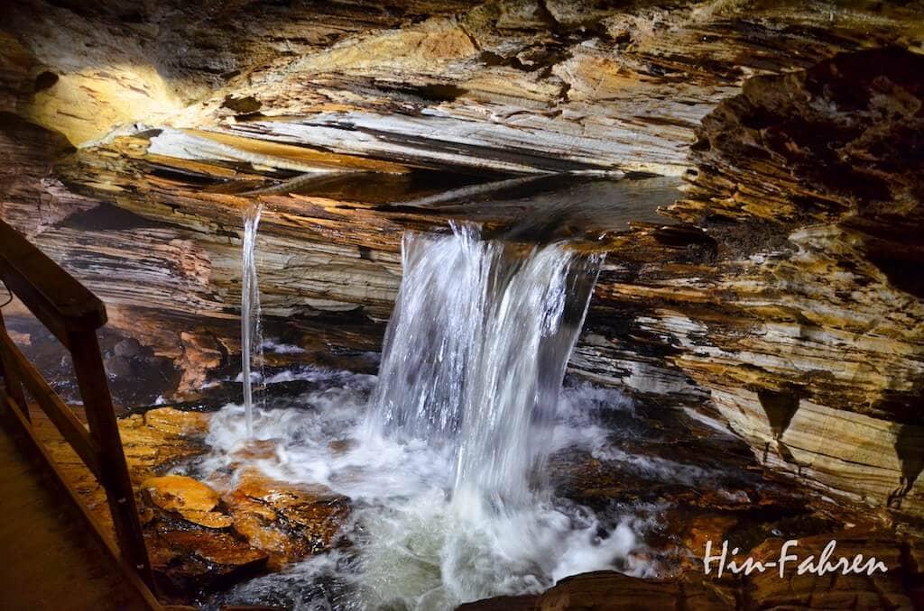 Durch die Höhle fließt ein Fluss