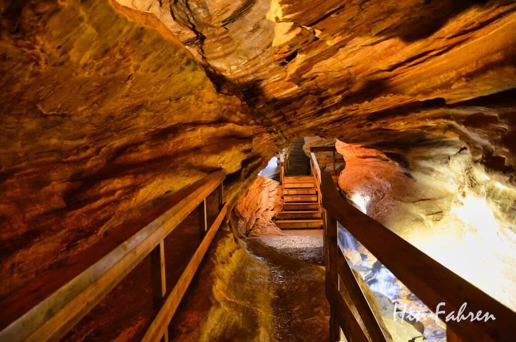 befestigter Weg in der Gronligrotta in Rana