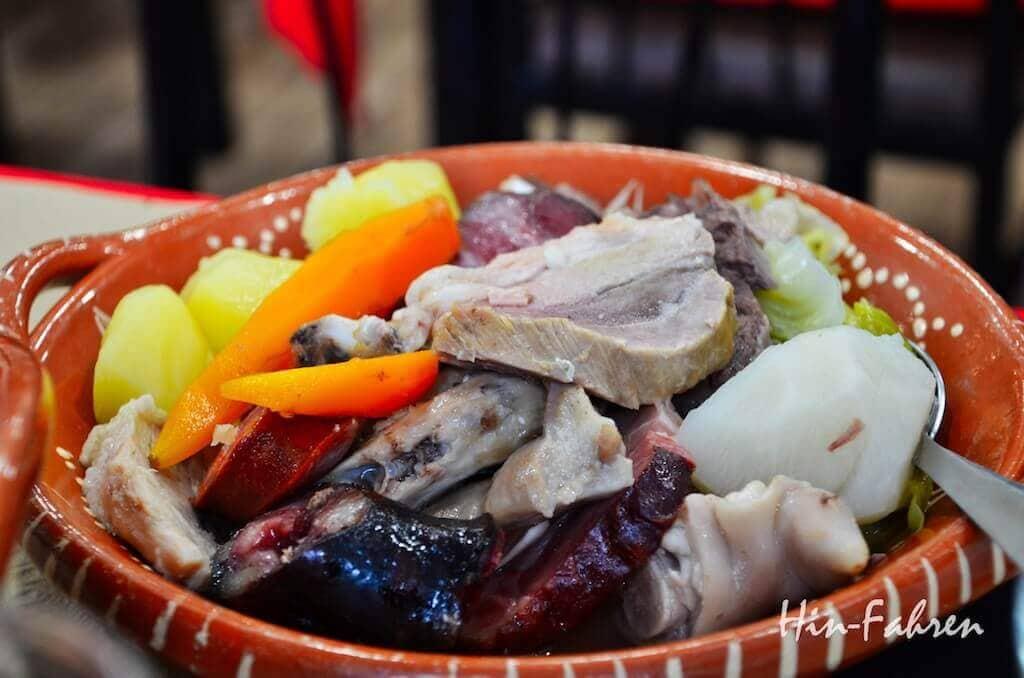 Teller im Gemüse, Kartoffeln und Fleisch