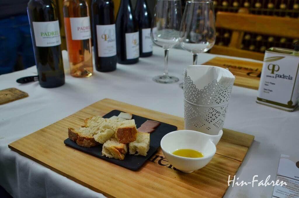Brot, Olivenöl und Weinflaschen in Portugal