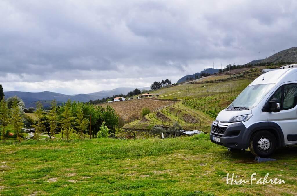 Wohnmobil auf einem Stellplatz am Weingut am Douro