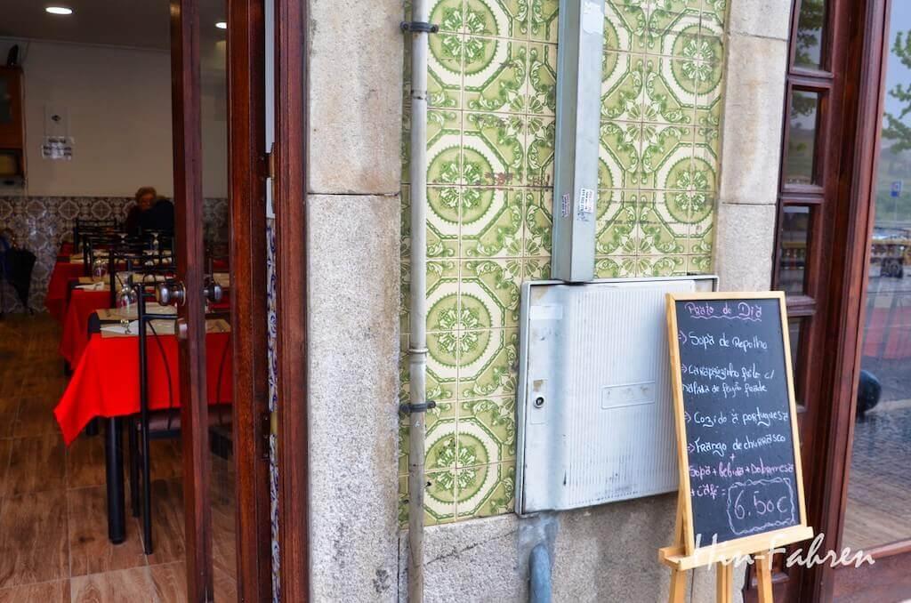 Auf einer Tafel vor dem Restaurant in Peso das Regua steht das Angebot