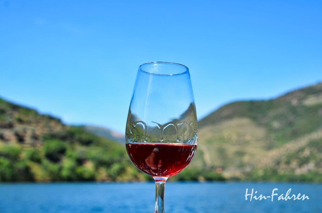 Rundreise Portugal Wohnmobil: Ein Glas Porto bei der Rundfahrt auf dem Douro