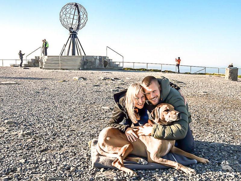 Paar und Hund am Nordkap