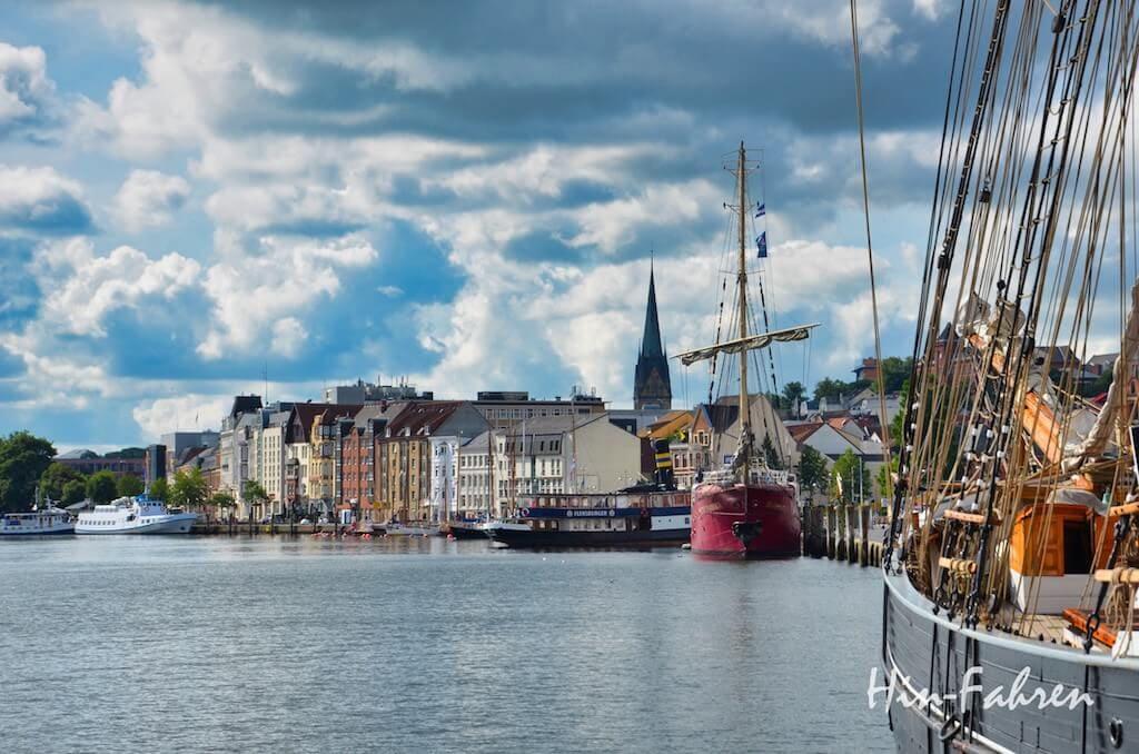 Blick auf Hafen und Stadt in Flensburg