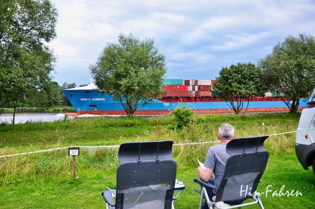 Auf dem Wohnmobilstellplatz den Schiffen auf dem Kanal ganz nah