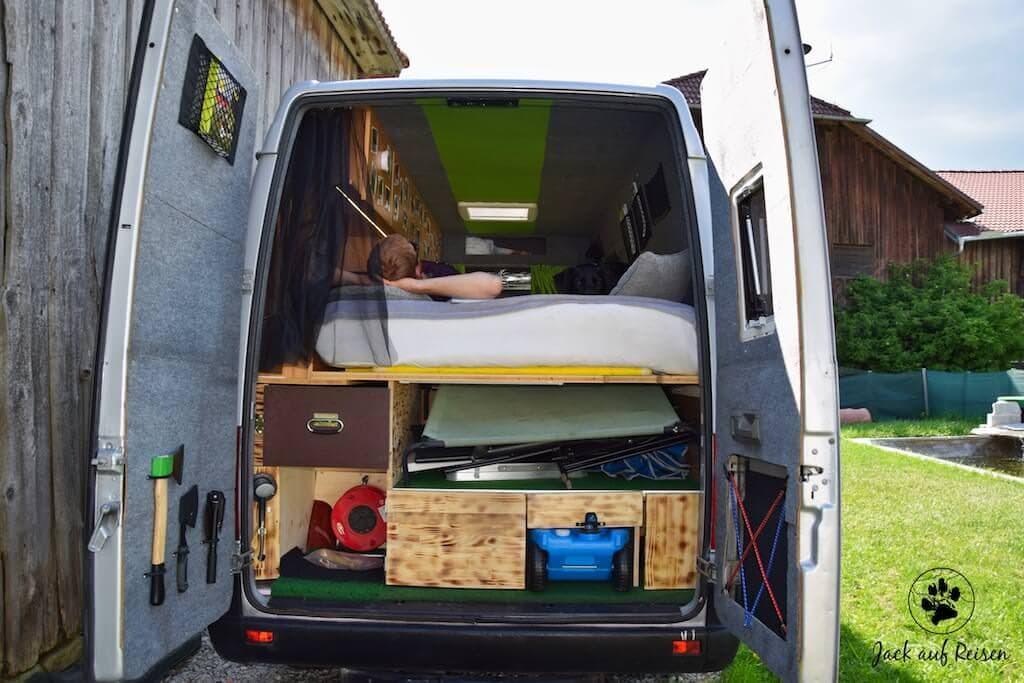 Blick von Hinten in das Campingbus Kastenwagen Wohnmobil
