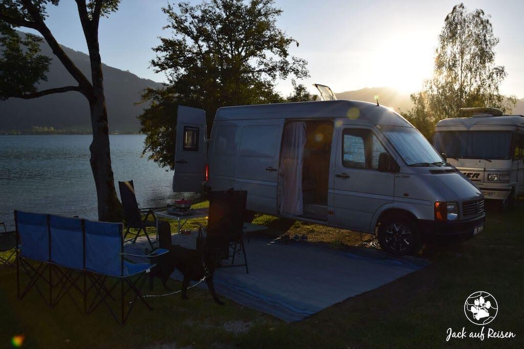 Campingbus auf dem Campingplatz am Wolfgangsee