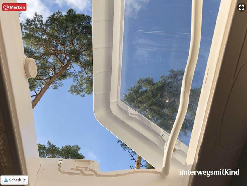 Blick aus dem Kastenwagen in den Himmel