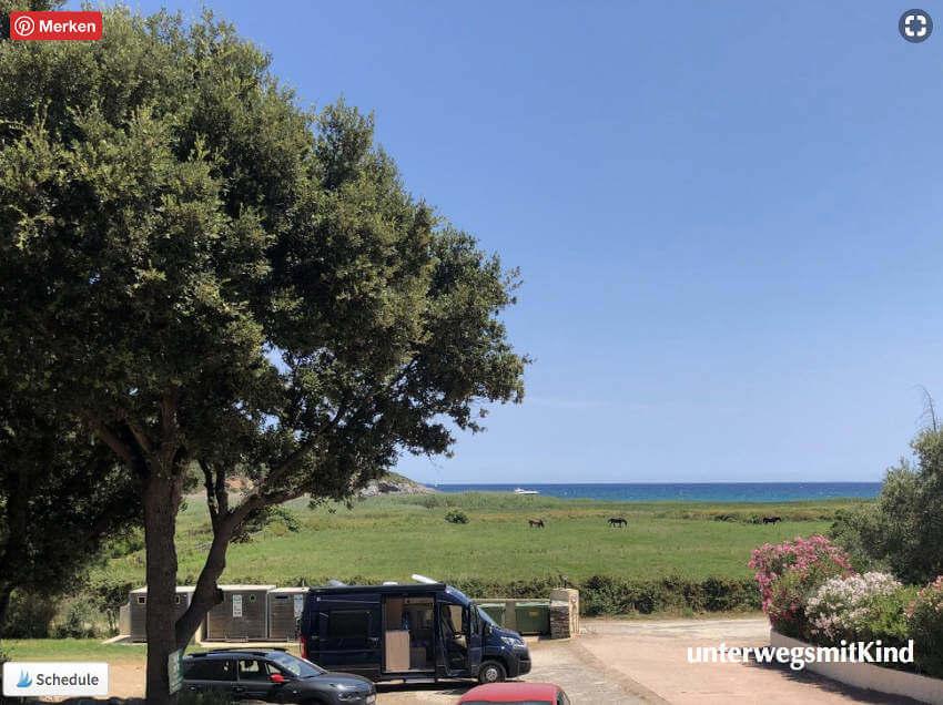 Roadcar Kastenwagen auf einem Parkplatz auf Korsika