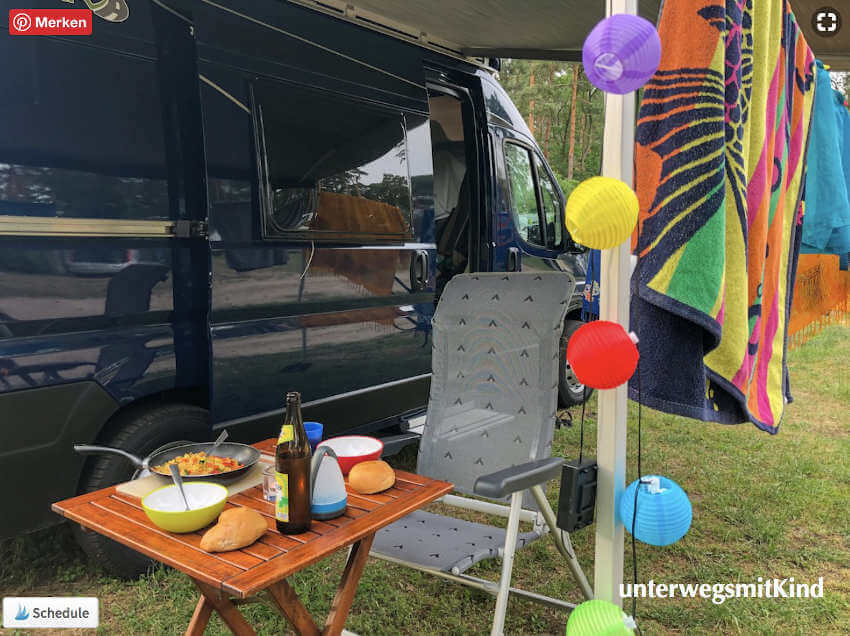 Gedeckter Tisch auf dem Campingplatz vor dem Kastenwagen Roadcar 540