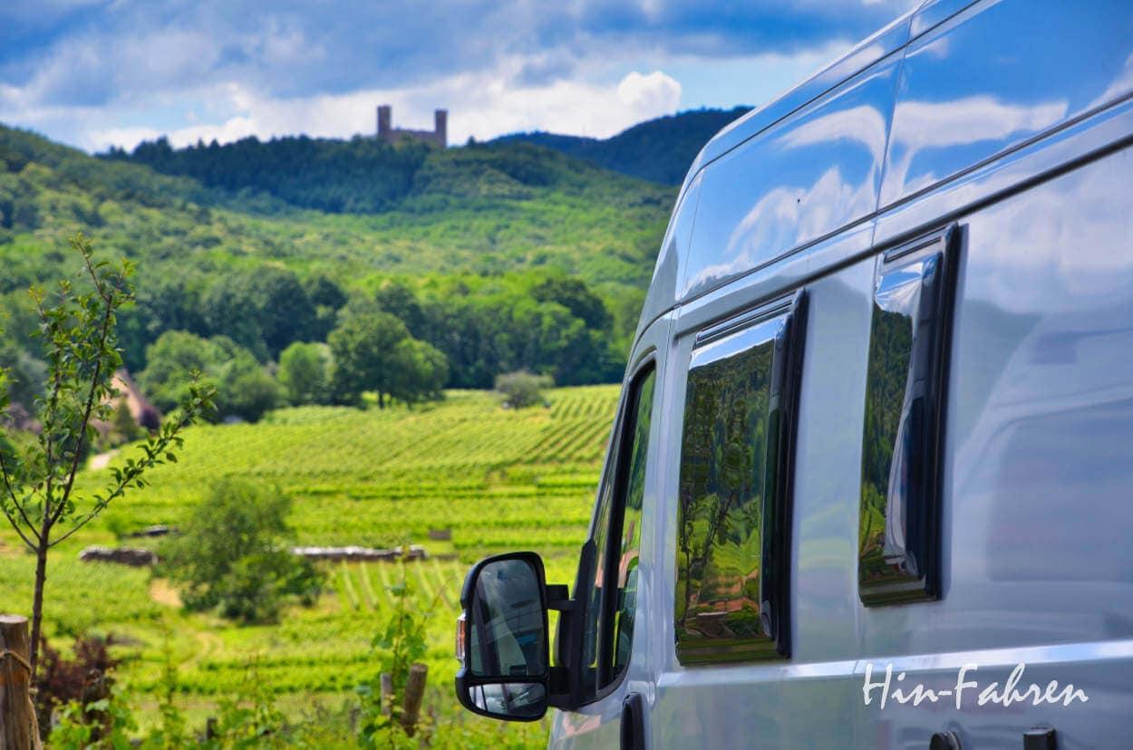 Kastenwagen Wohnmobil mit Blick auf Weinberge und Burg