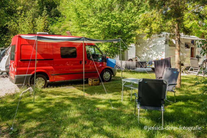 Mit dem Kastenwagen Ford Transit auf dem Campingplatz