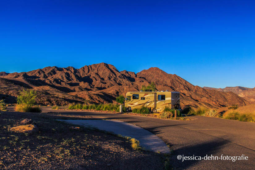Großes Wohnmobil in der Wüste der USA