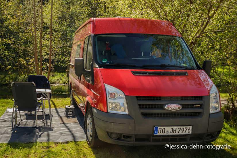 Vanlife mit Ford Transit Kastenwagen Wohnmobil am Bach