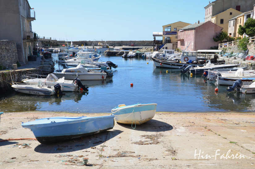 Kleine Boote im Herbst im Fischerdorf auf Korsika