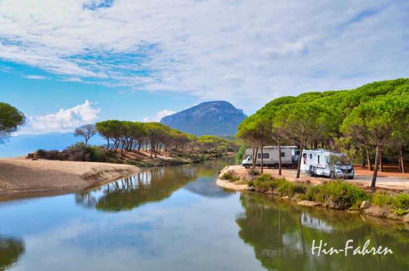 Wohnmobile im Herbst auf Sardinien an einer Lagune