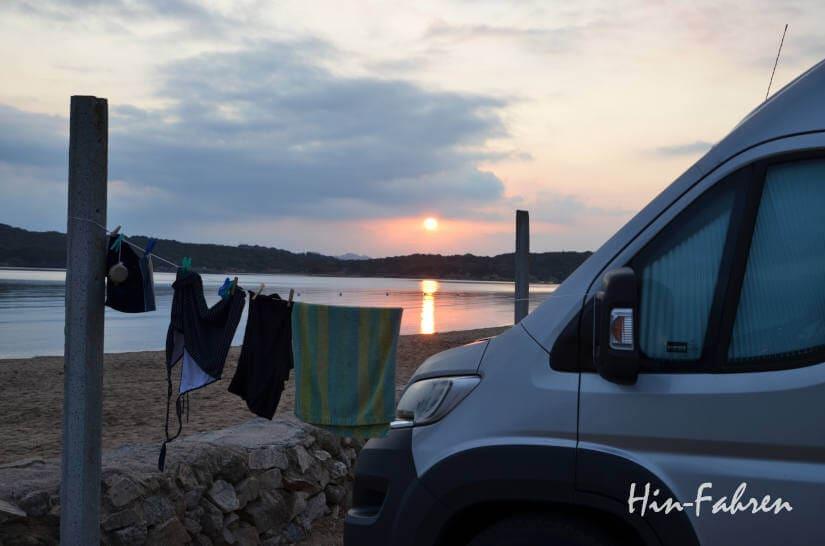 Wohnmobil auf einem Campingplatz auf Sardinien im Herbst