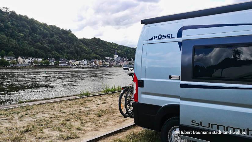 Kompaktes Wohnmobil Kastenwagen am Fluss