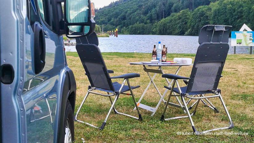 Campingszene am Wasser