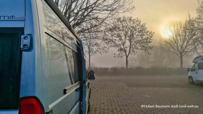 Kastenwagen Wohnmobil auf einem Parkplatz im Nebel