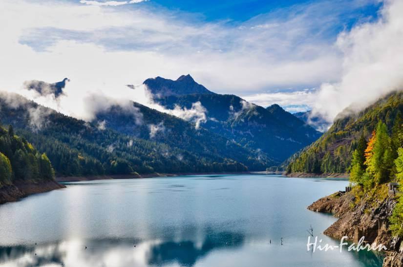 Der See in Sauris schillert grün und kühl