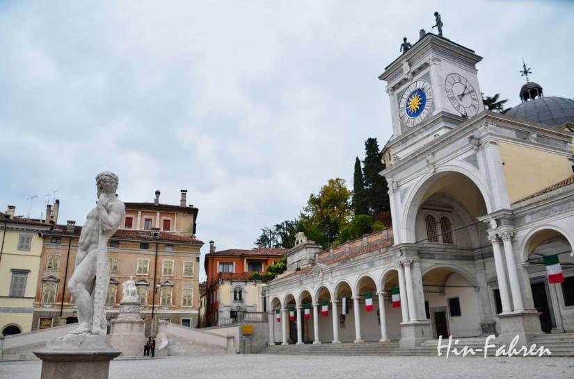Etwa 15 Minuten brauchen wir vom Wohnmobil zur Piazza Libertà in Udine