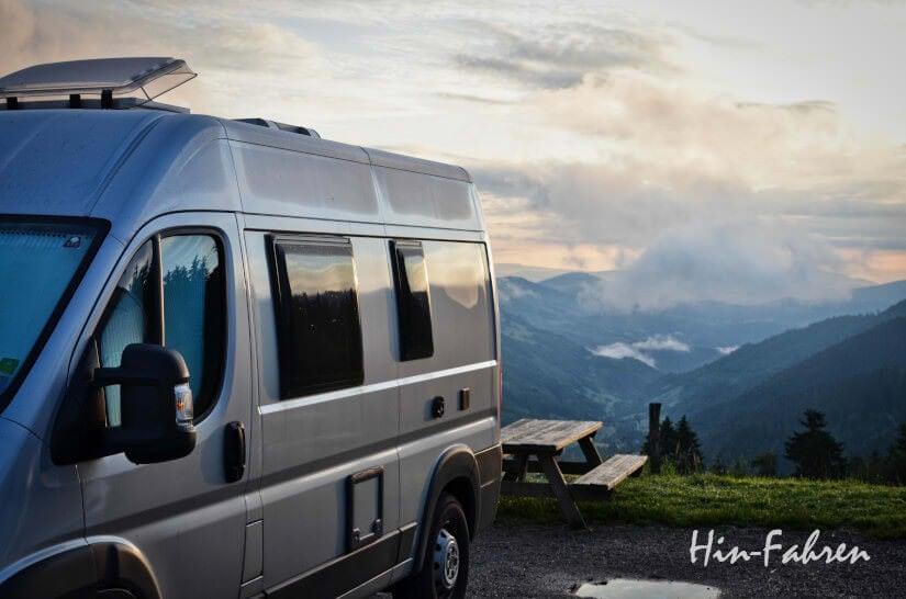 Kastenwagen-Wohnmobil in den Bergen bei Sonnenaufgang