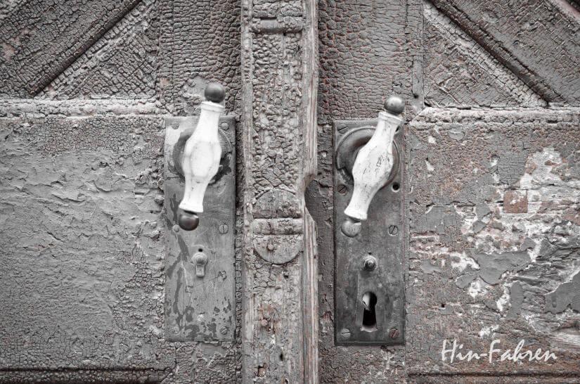 Türgriffe an einem alten Tor