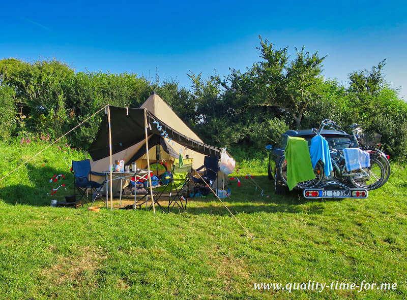 Zelt und Auto auf dem Campingplatz