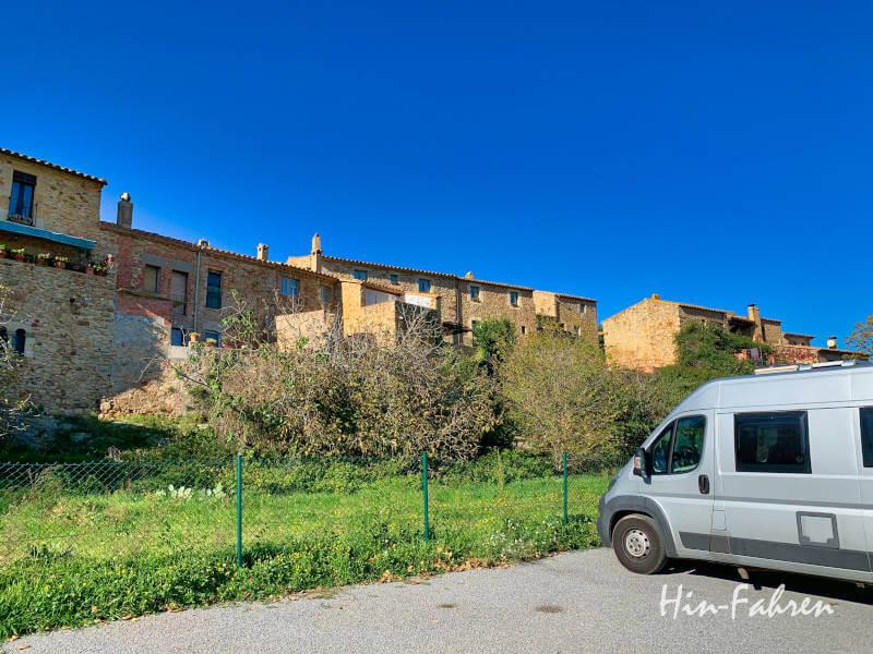 Wohnmobil parkt auf einem Parkplatz in Pals