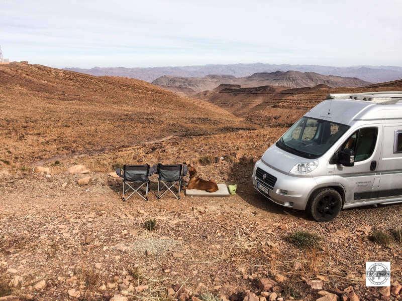 Blick auf Wüste und Berge und den Karmann Kastenwagen