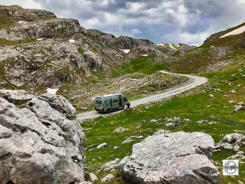 Kastenwagen in den Bergen