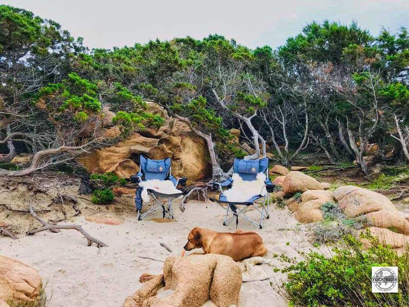 Campingstühle am Strand